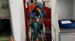 Gendong Seorang Nenek, Pramugari Garuda Indonesia Banjir Pujian