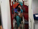 Vera pramugari Garuda Indonesia yang gendong nenek